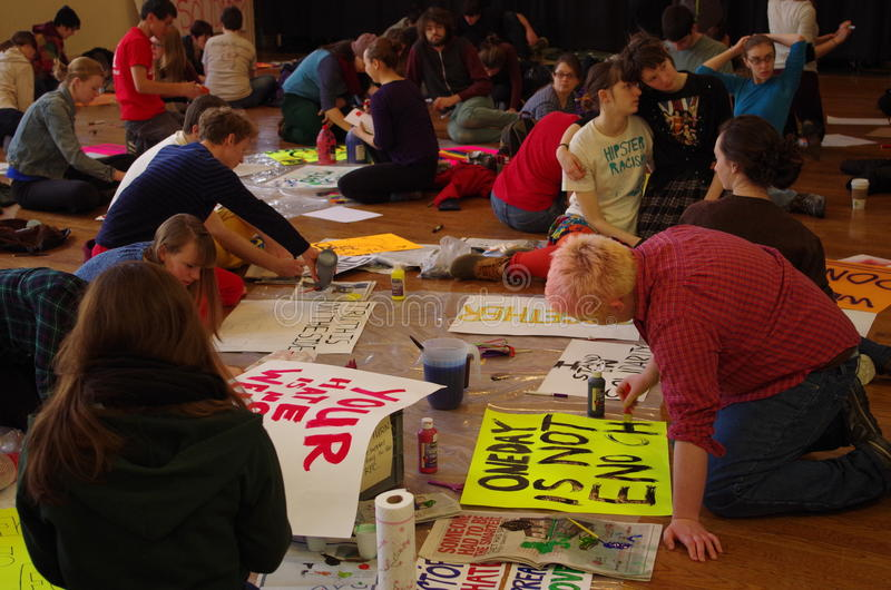 Cartaz do anti-racismo em resposta ao racismo na faculdade de Oberlin fotografia de stock