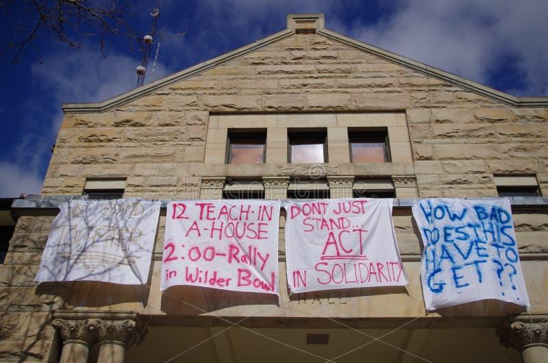 Cartaz do anti-racismo em resposta ao racismo na faculdade de Oberlin imagens de stock royalty free
