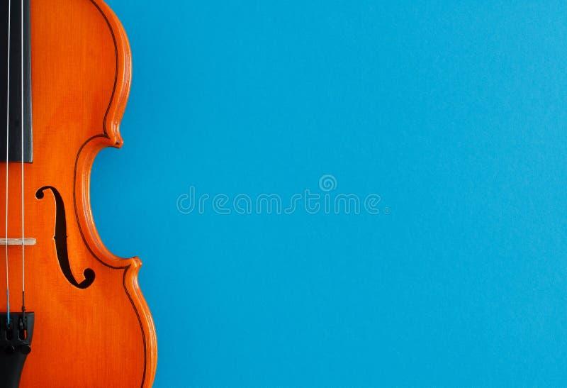 Cartaz do concerto da música clássica com o violino alaranjado da cor no fundo azul com espaço da cópia foto de stock royalty free