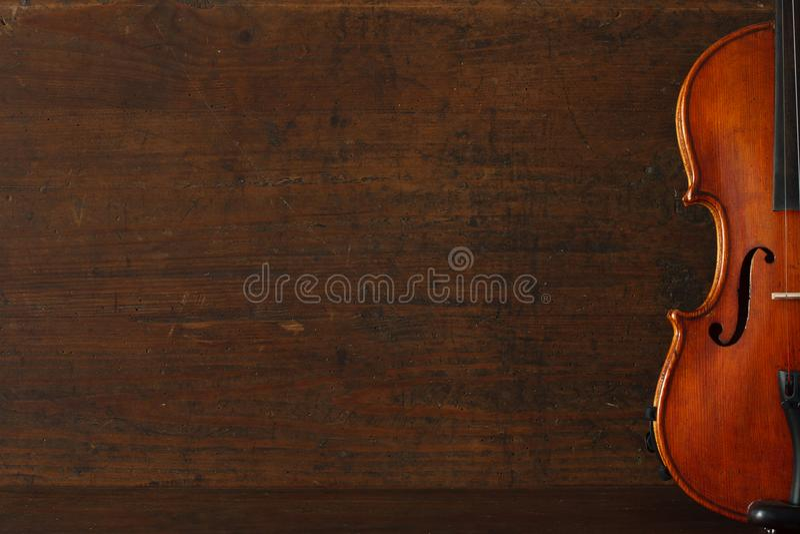 Cartaz do concerto da música clássica com o violino marrom da cor no fundo de madeira antigo com espaço da cópia imagens de stock royalty free
