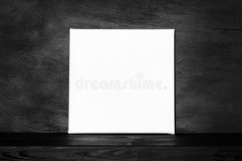 Cartaz do modelo na sala preta fotografia de stock