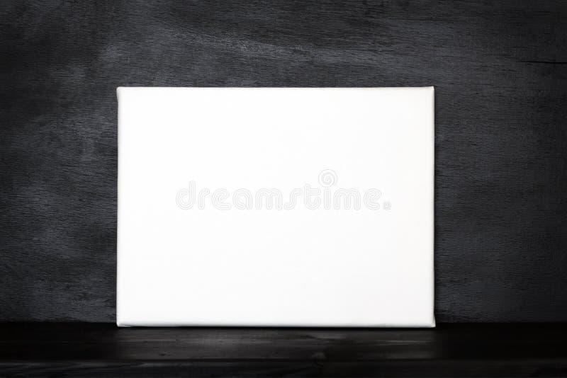 Cartaz do modelo na sala preta foto de stock