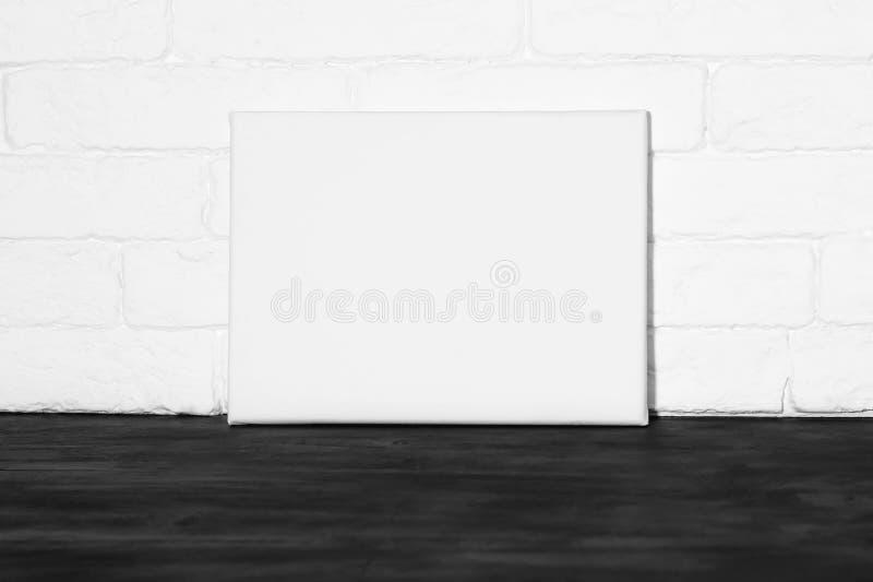 Cartaz do modelo no interior fotografia de stock royalty free