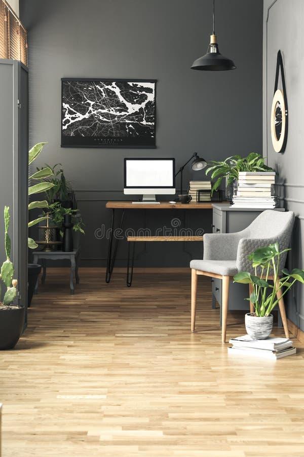 Cartaz preto do mapa acima da mesa com o modelo do computador de secretária em g foto de stock royalty free