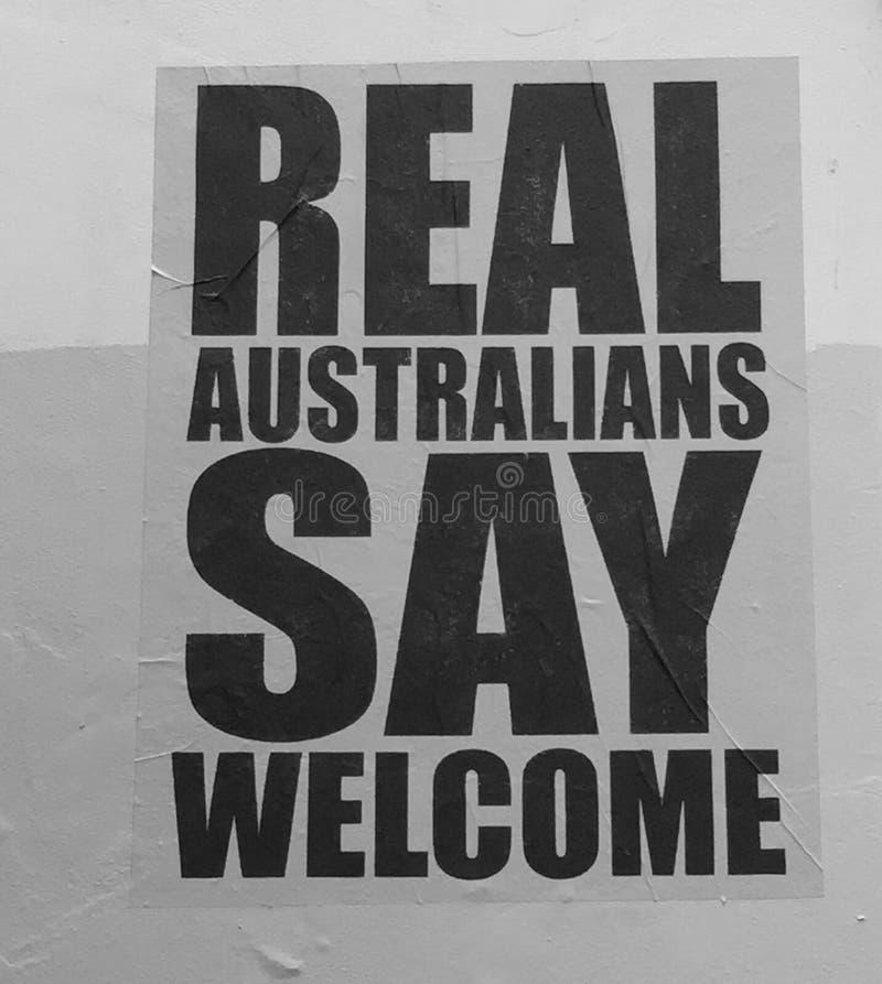 Cartaz que dá boas-vindas a refugiados foto de stock royalty free