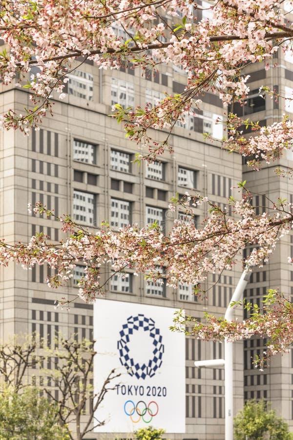 Cartaz relativo à promoção para que os 2019 olímpicos e os jogos do verão de Paralympic sejam realizados em Japão com o logotipo  foto de stock