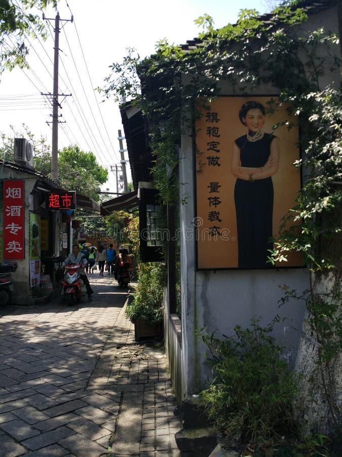 Cartaz retro, uma mulher chinesa no cheongsam imagem de stock