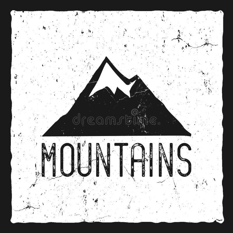 Cartaz tirado mão da montanha Etiqueta da tipografia do estilo antigo da região selvagem Efeito do carimbo de borracha da cópia d ilustração stock