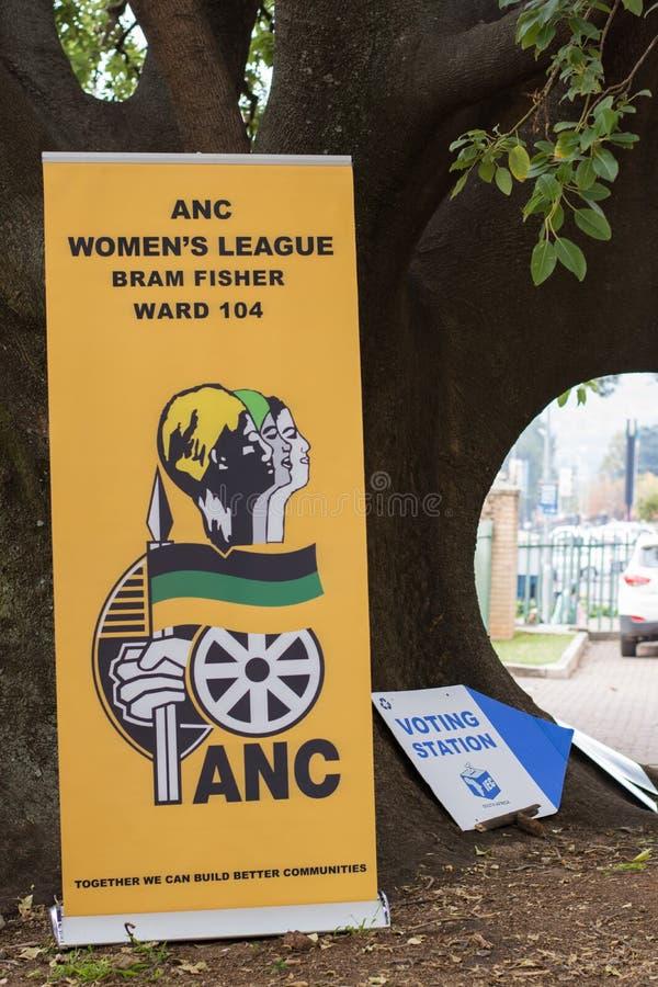 Cartazes do partido político na mesa de voto para o sul - eleições nacionais africanas fotos de stock
