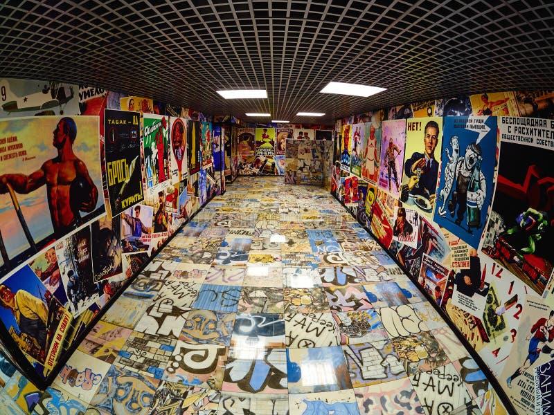 Cartazes do russo do vintage no paredes imagens de stock
