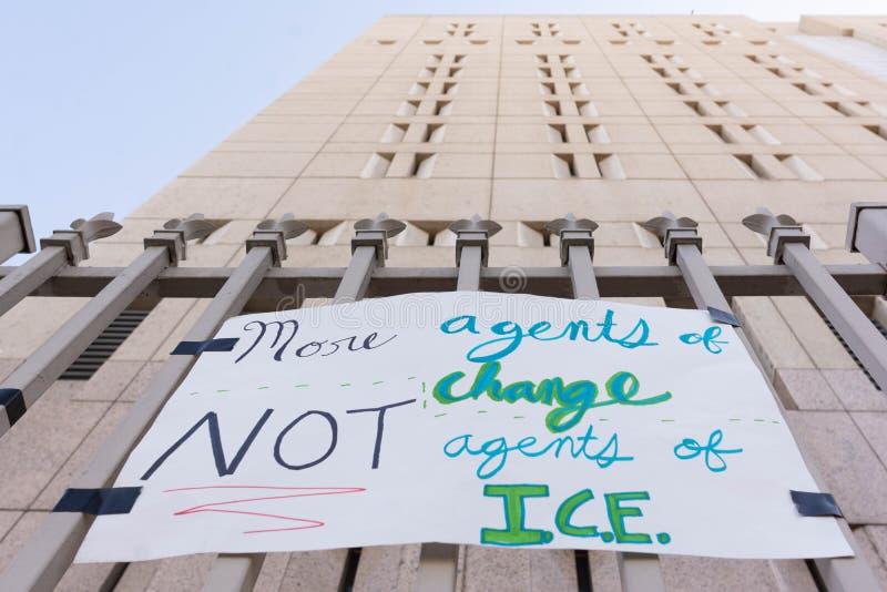 Cartazes em torno do centro de detenção metropolitano fotos de stock