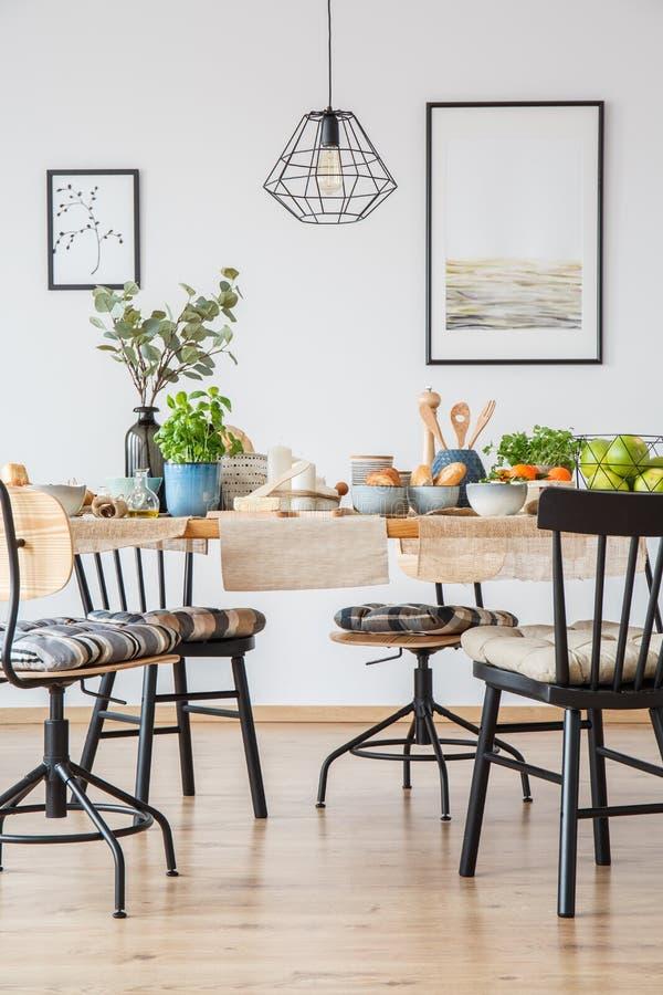 Cartazes na sala de jantar brilhante foto de stock royalty free