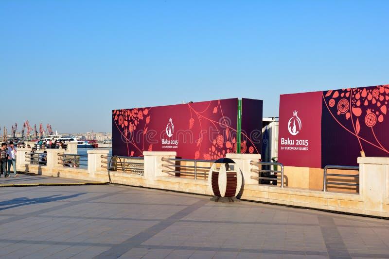 Cartazes olímpicos na terraplenagem de Baku fotos de stock royalty free