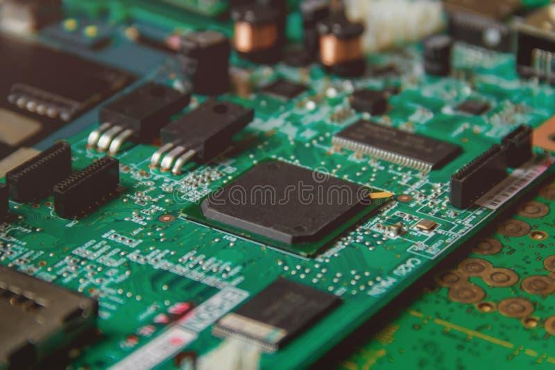 Carte électronique avec beaucoup de composants électriques image stock
