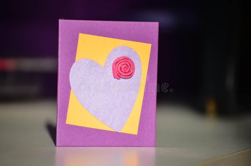 Carte actuelle fabriquée à la main avec le coeur et la fleur photo stock