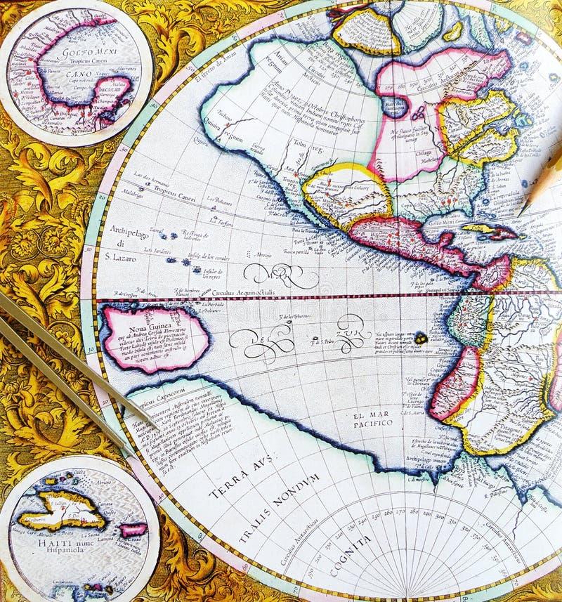 Carte antique avec le diviseur et le crayon images stock
