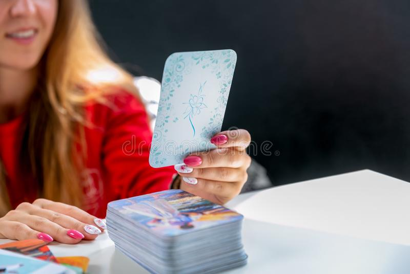 Carte associative metaforiche La consultazione alla ricezione di una giovane donna dello psicologo A sta tenendo una carta selezi fotografia stock