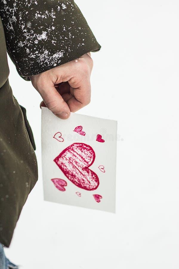 carte avec un coeur rouge dans les mains d'un homme, déclaration de l'amour images libres de droits