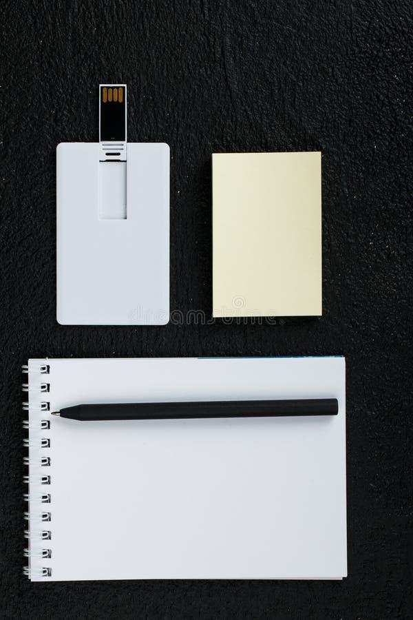 Carte blanche Moquerie en bois de vue supérieure de fond de bureau  photographie stock libre de droits