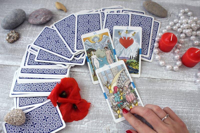 Carte, candele ed accessori di tarocchi su una tavola di legno immagini stock