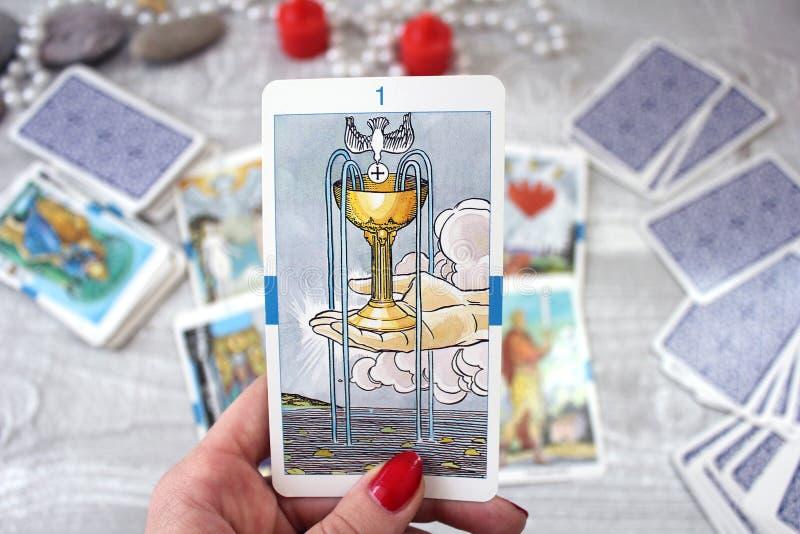 Carte, candele ed accessori di tarocchi su una tavola di legno fotografia stock