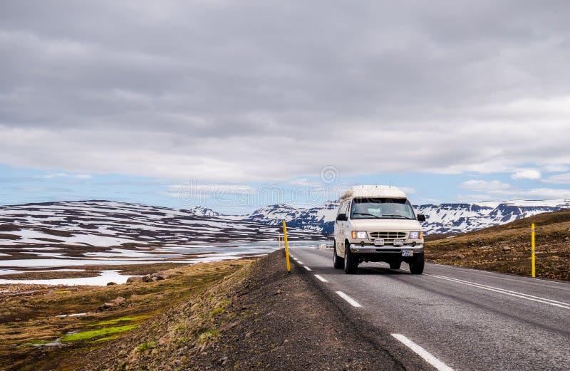 Carte conduisant sur la route en Islande photo stock