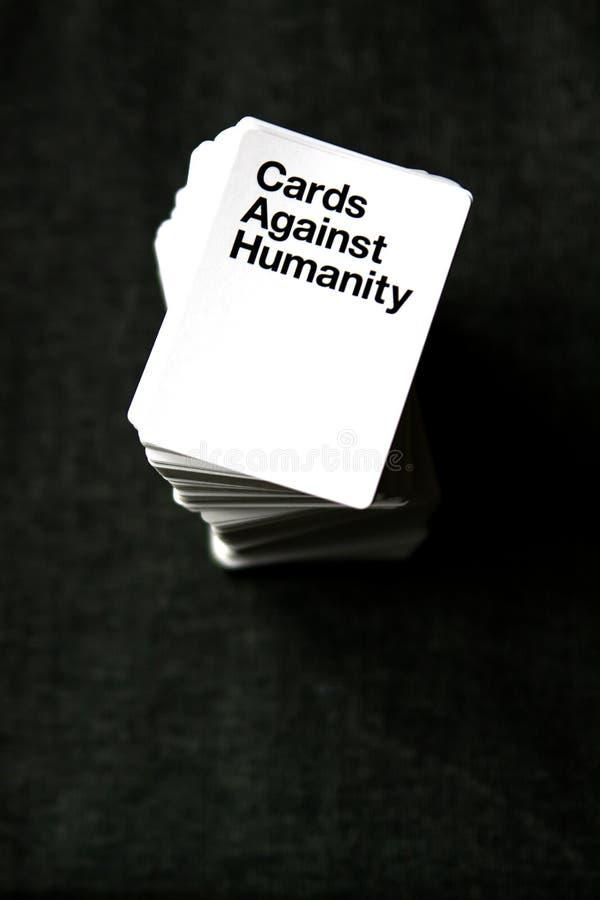 Carte contro la torre di umanità delle carte da gioco fotografia stock libera da diritti