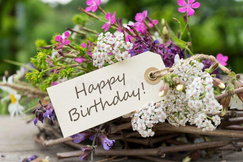 Carte d'anniversaire avec des fleurs de pré images stock
