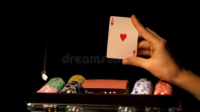 Carte d'as d'apparence de main, pariant dans le tisonnier, dépendance de jeu, valise avec des puces photo libre de droits