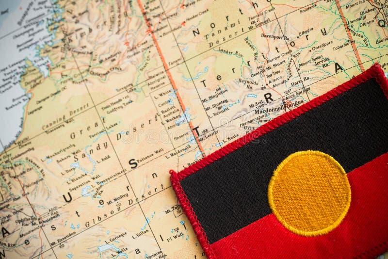 Carte d'Australie avec le drapeau indigène photo libre de droits