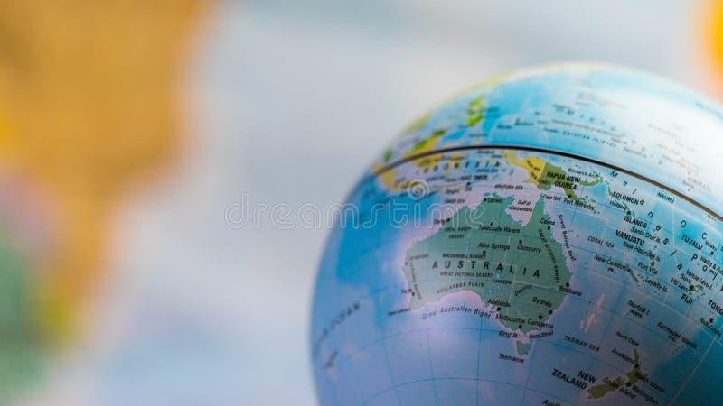 Carte d'Australie sur un globe avec la carte de la terre à l'arrière-plan image stock