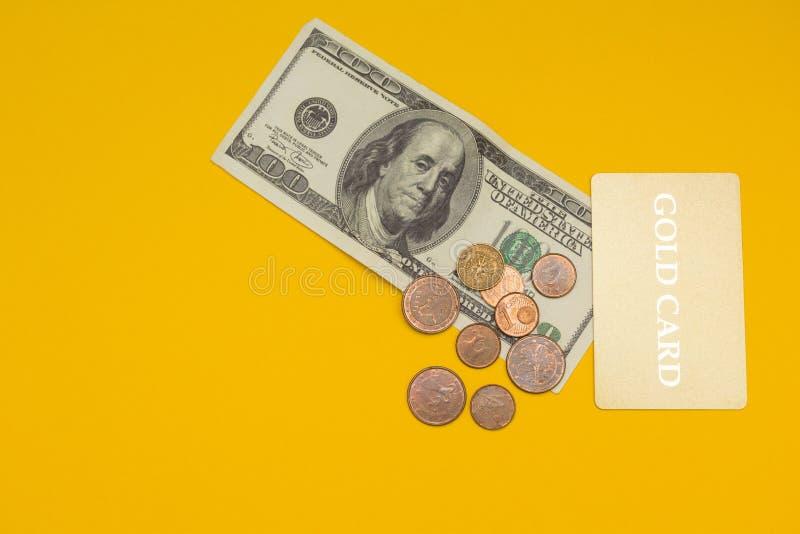 Carte d'or et 100 dollars sur le fond jaune images stock