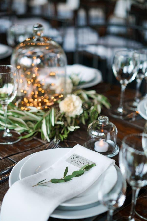Carte d'invité d'un plat avec des décorations de mariage dans le style rustique sur une table en bois images libres de droits