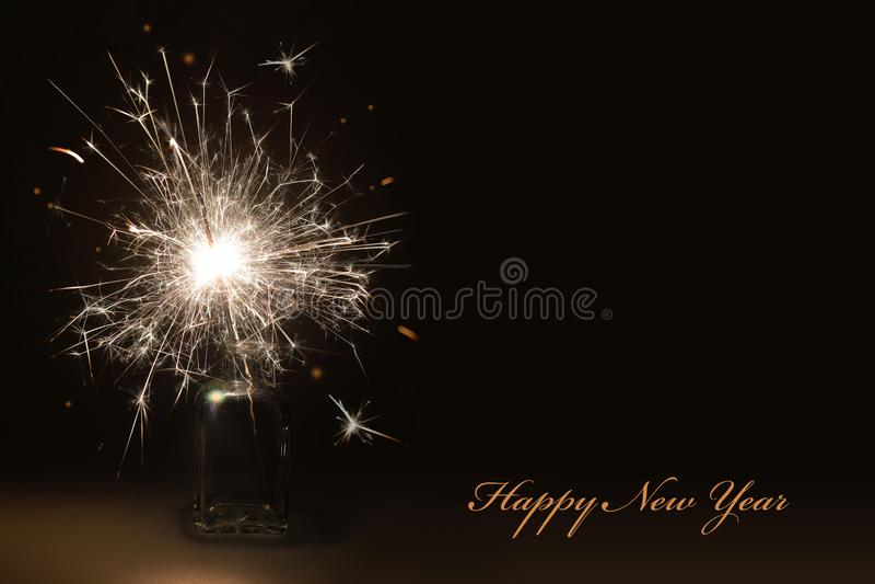 Carte d'an neuf heureux Sparkler d'an neuf photos stock