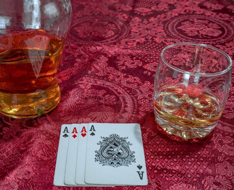 Carte da gioco con cui lui whiskey scozzese con un bottl fotografia stock libera da diritti