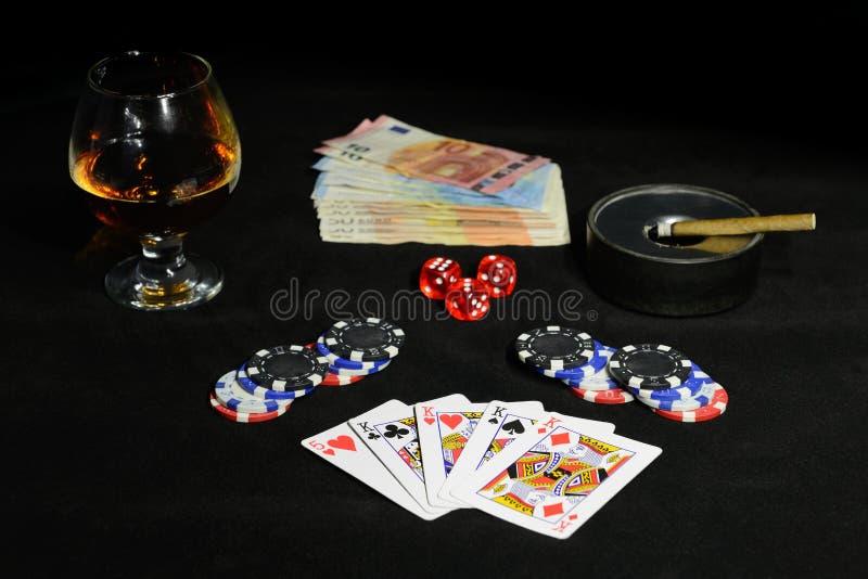 Carte da gioco per il poker su un fondo nero fotografie stock libere da diritti