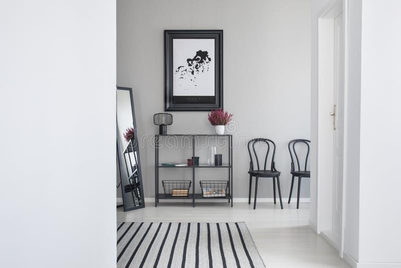 Carte dans le cadre noir dans la salle d'attente du bureau moderne, vraie photo avec l'espace de copie photographie stock