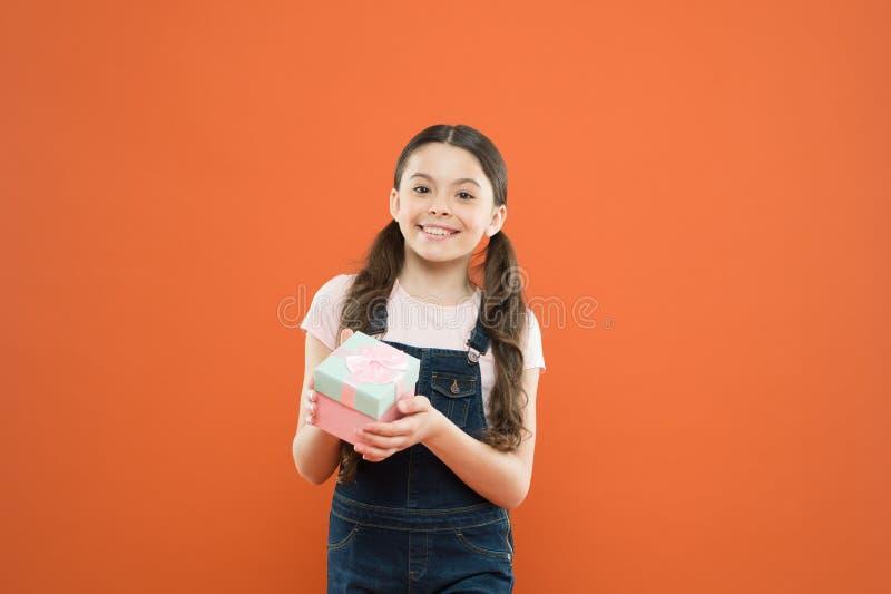 Carte de cadeau d'isolement sur le blanc Cadeau avec plaisir de fille d'enfant C?l?brez l'anniversaire ( t sensation photo stock