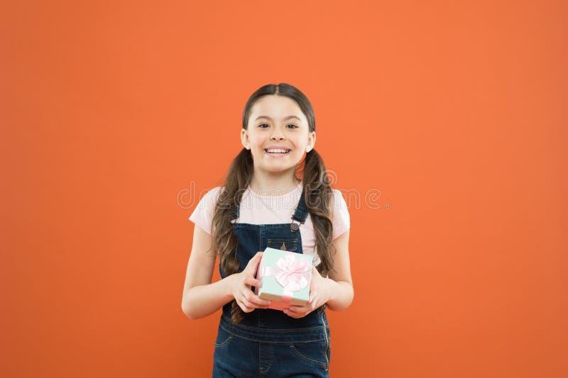 Carte de cadeau d'isolement sur le blanc r Cadeau avec plaisir de fille d'enfant C?l?brez l'anniversaire ( Achat et images stock