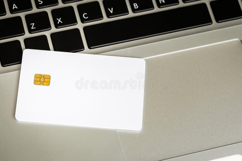 Carte de crédit en blanc avec la puce électronique photographie stock