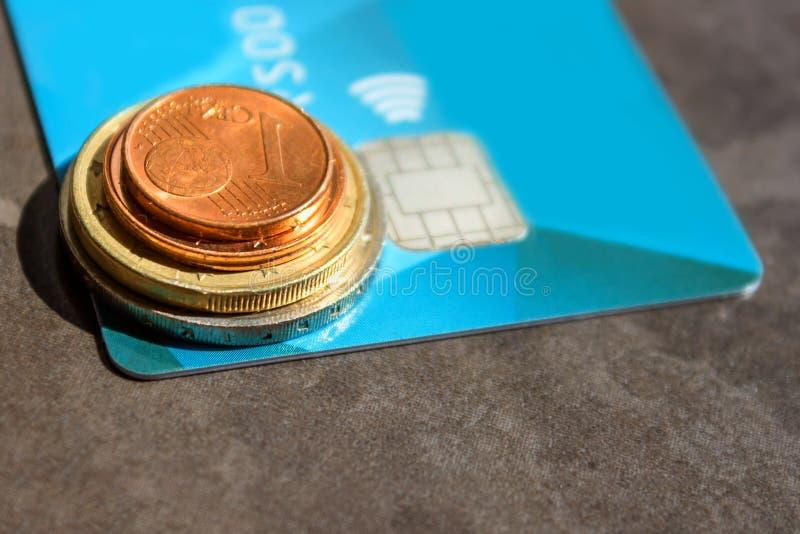 Carte de crédit en plastique et une pile de pièces de monnaie Le concept - finances, photo libre de droits