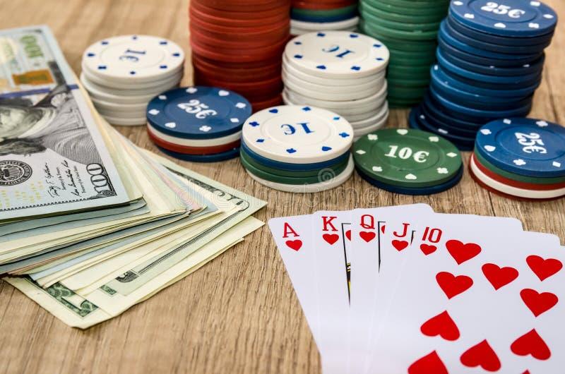Carte de jeu avec l'argent, puces photos stock