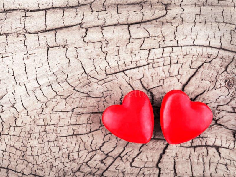 Carte de jour de Valentines Coeurs sur la texture en bois images stock