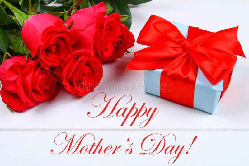 Carte de jour de mères avec les roses rustiques sur le conseil en bois photos libres de droits