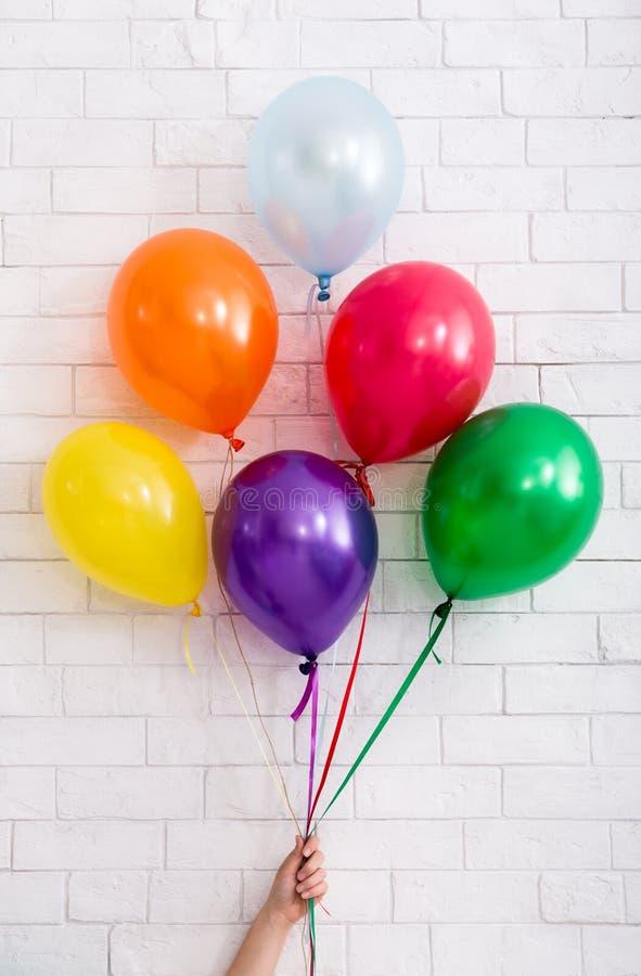 Carte de joyeux anniversaire avec le groupe de ballons chez la main de la femme photo libre de droits
