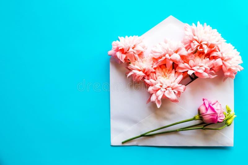 Carte de joyeux anniversaire enveloppe ouverte de papier de m?tier remplie de fleurs de fleur de ressort Vue sup?rieure, configur photographie stock libre de droits