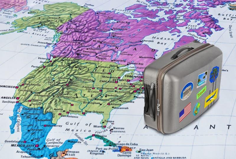 Carte de l'Amérique et cas de voyage avec des autocollants (mes photos) images libres de droits