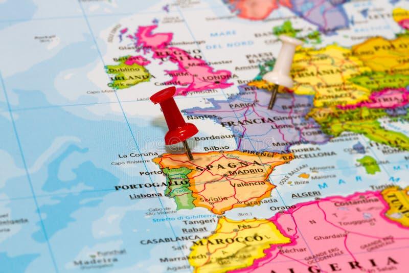Carte de l'Espagne avec une punaise blanche images stock