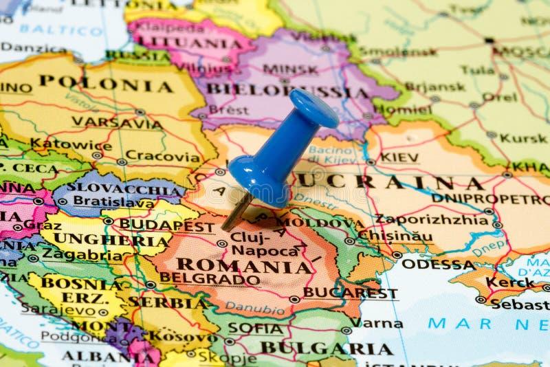 Carte de la Roumanie avec une punaise bleue photographie stock libre de droits