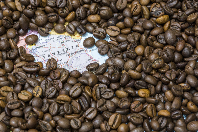 Carte de la Tanzanie sous un fond des grains de café photo stock